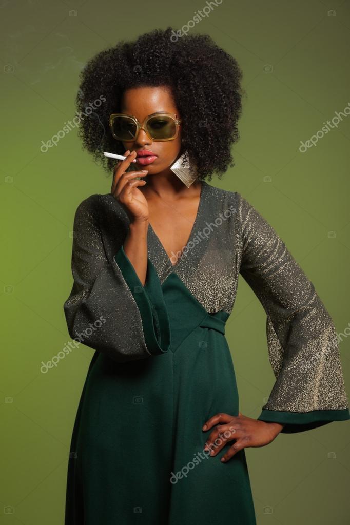 Rauchen Retro 70er Jahre Mode Afro Frau Mit Grunen Kleid Und Sungla