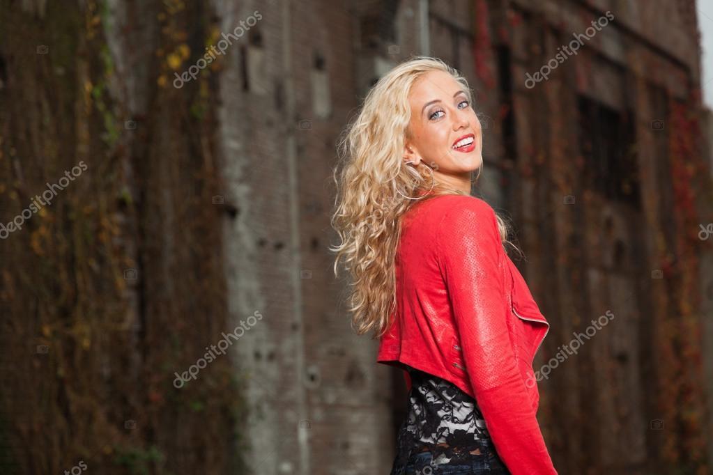 Schöne Junge Frau Mit Lange Blonde Haare Und Rote Jacke Urban
