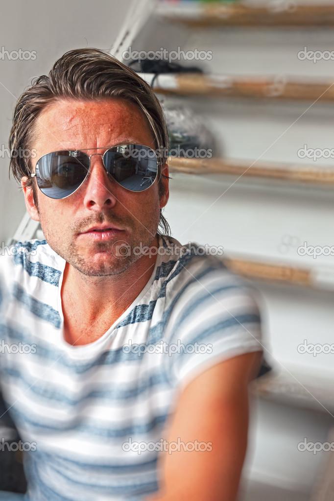 4420b48176d90 Homem moda casual com óculos de sol aviador espelhado. cabelo loiro —  Fotografia de Stock
