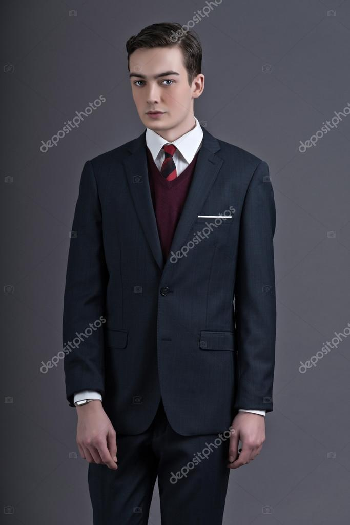 4622bfbe Retro femtiotalet mode ung affärsman klädd i mörk kostym och re — Stockfoto