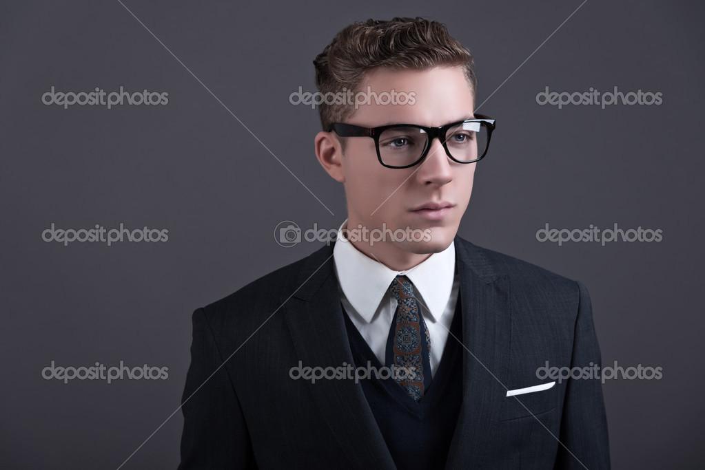 Jeune Homme D Affaires Avec Des Lunettes Noires Weari De Mode Retro