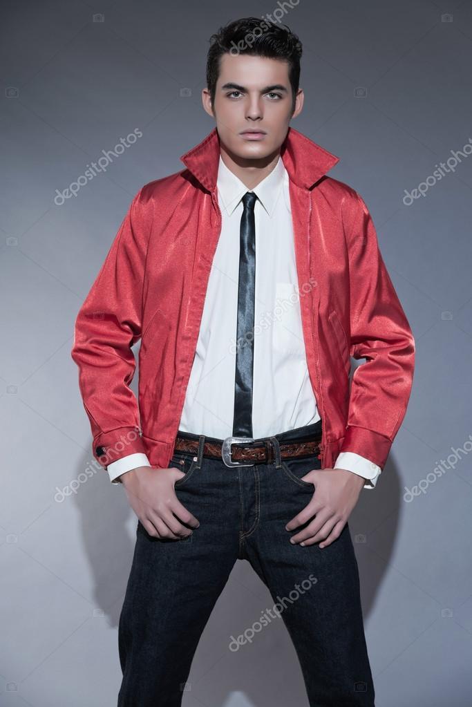 new style ead60 05b7f Uomo di moda retrò rock and roll degli anni cinquanta con i ...