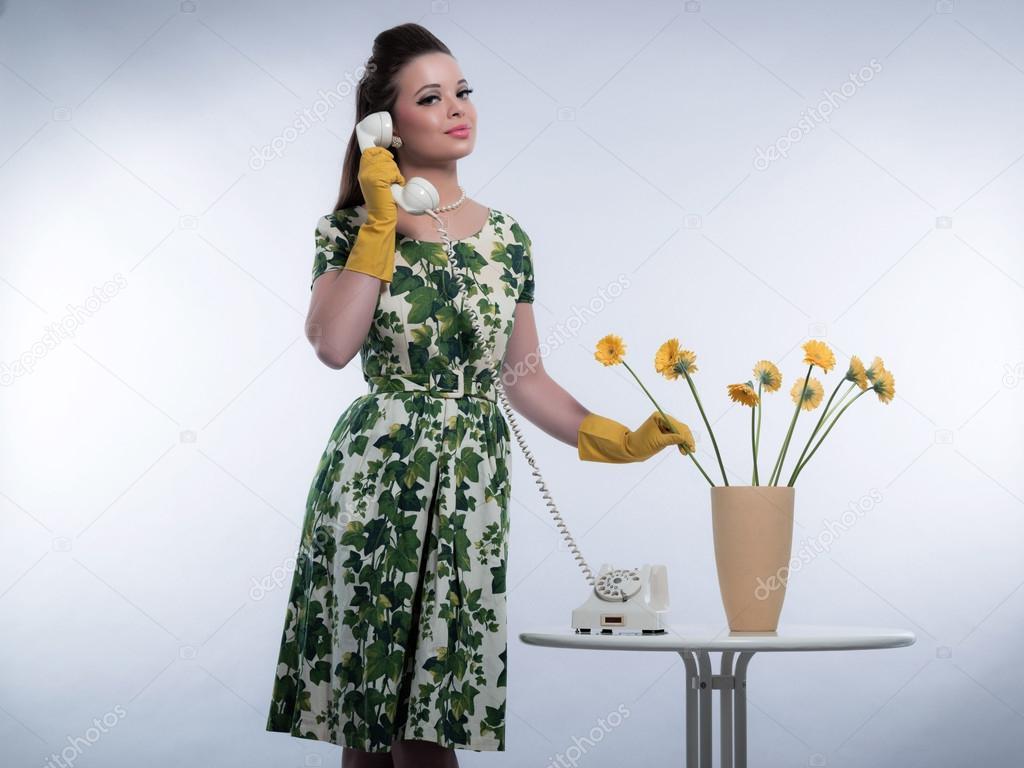 r tro ann es 50 mode pour femme au foyer sur le t l phone porte caoutchouc jaune g. Black Bedroom Furniture Sets. Home Design Ideas