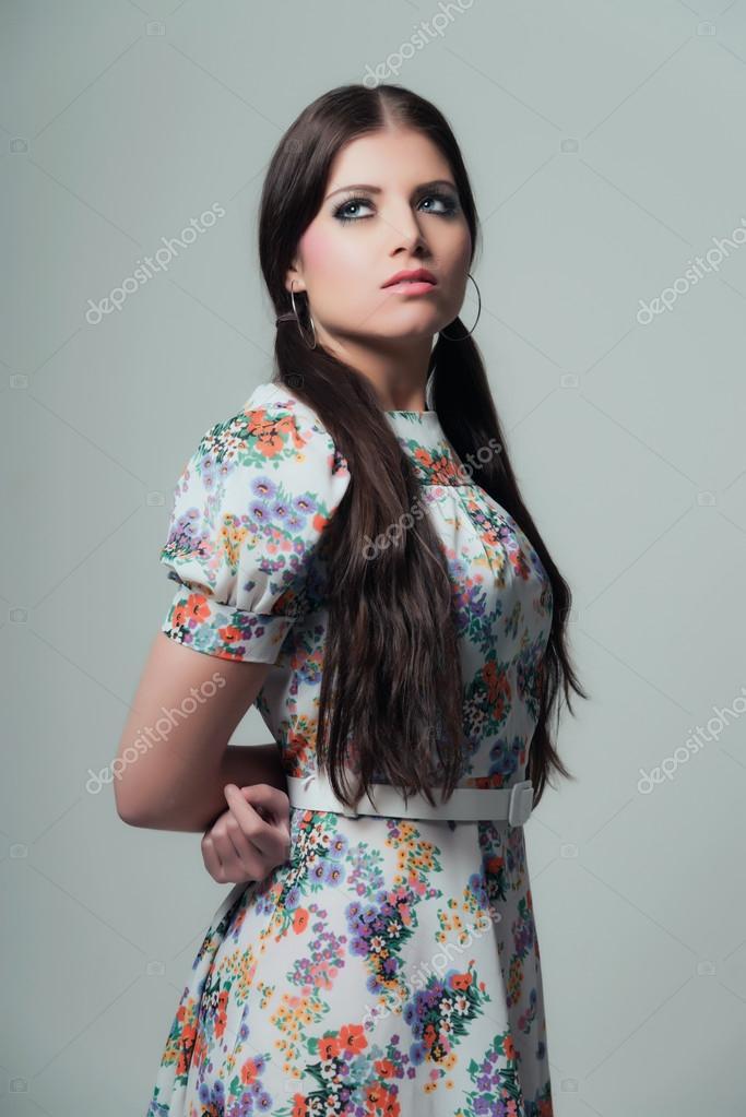 Retro 70er Jahre Mode Ziemlich Brunette Madchen Mit Langen Haaren