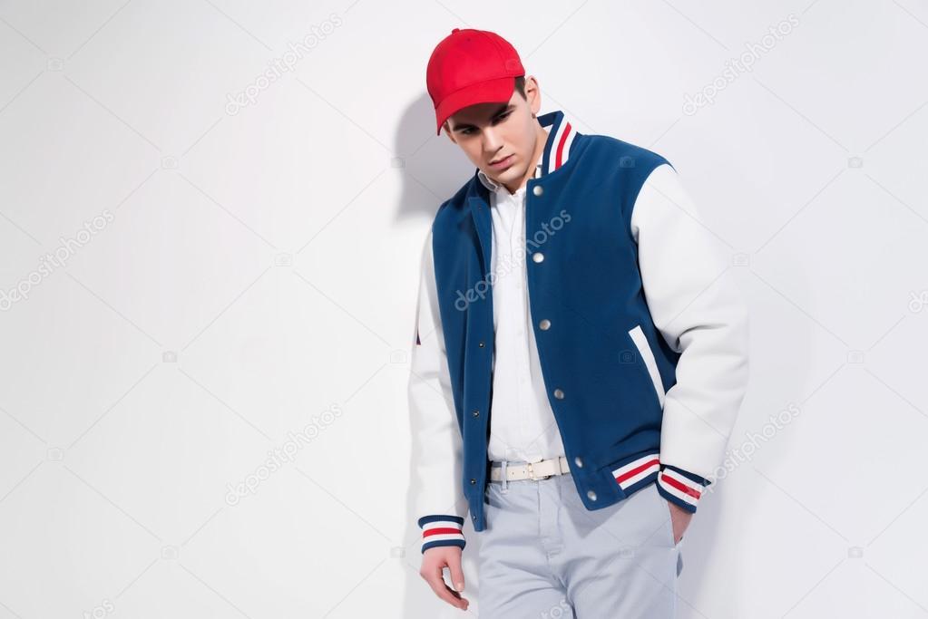 d98649e798 Retro ötvenes sportos divat férfi kék baseball kabát és piros sapkát visel.  stúdió felvétel, ellen, fehér — Fotó szerzőtől ...