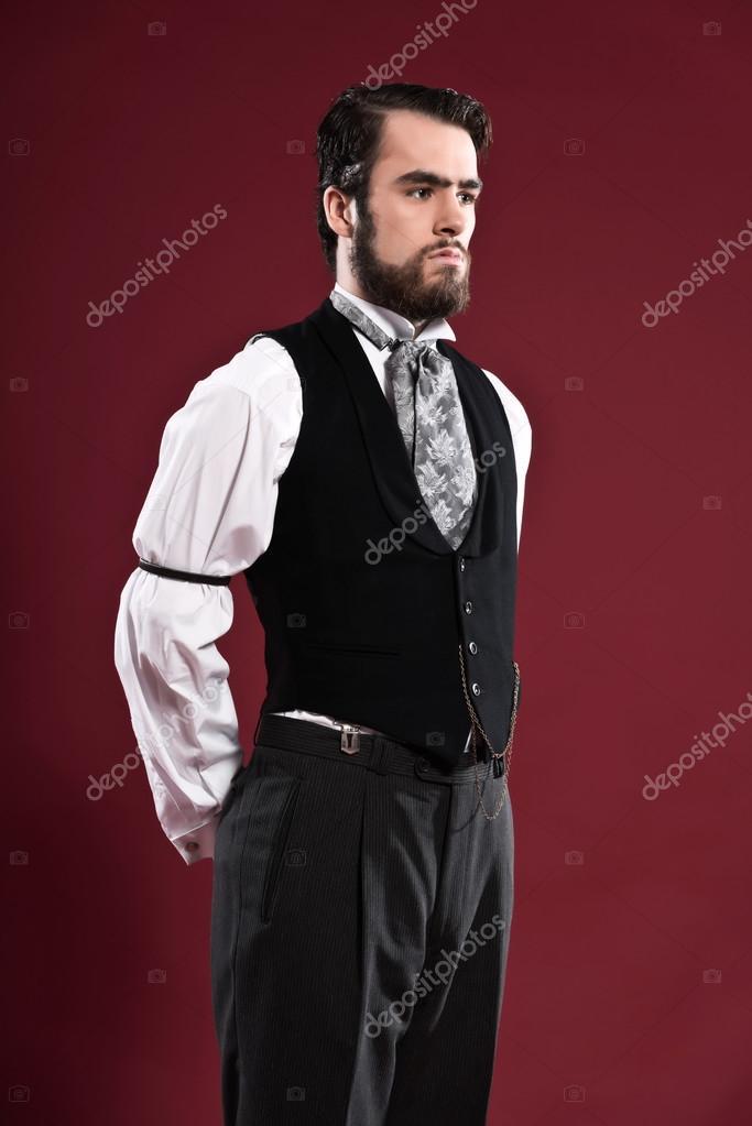 Complètement et à l'extrême homme de mode victorienne 1900 rétro avec barbe portant gilet noir &OP_67