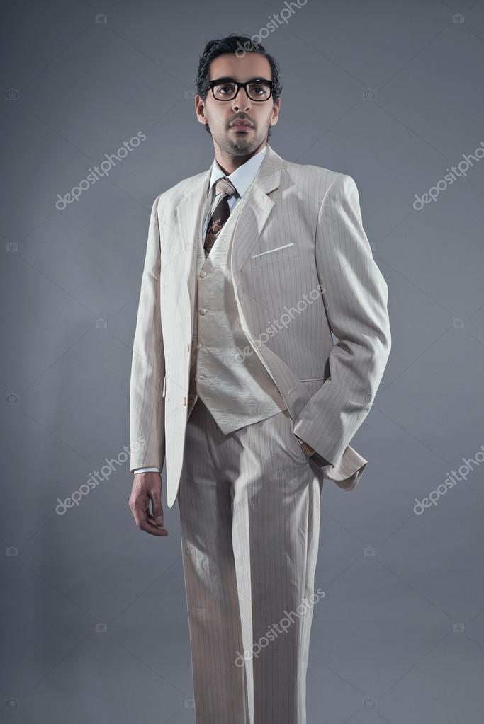 マフィア ファッション男白ストライプ スーツと眼鏡を着ています。スタジオ \u2014 ストック