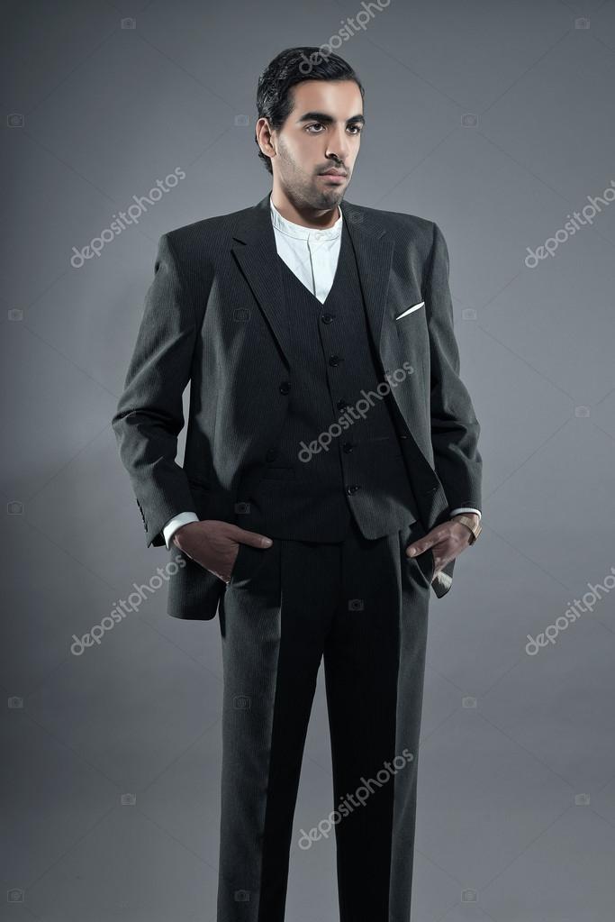 マフィア ファッション男グレー ストライプ スーツを着ています。黒い髪と眉 \u2014
