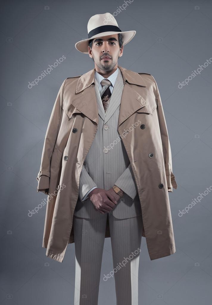 白のストライプ スーツ ベージュ レインコートを着てマフィア ファッション男 \u2014 ストック写真