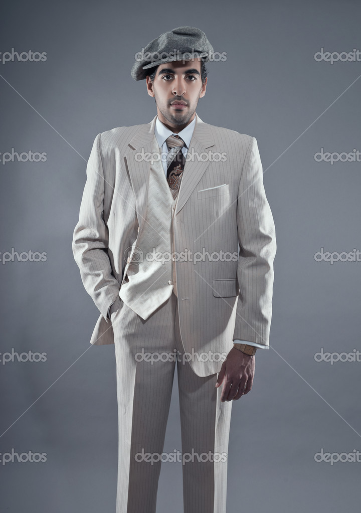 白を着てマフィア ファッション男縞模様のスーツとグレーのキャップ。