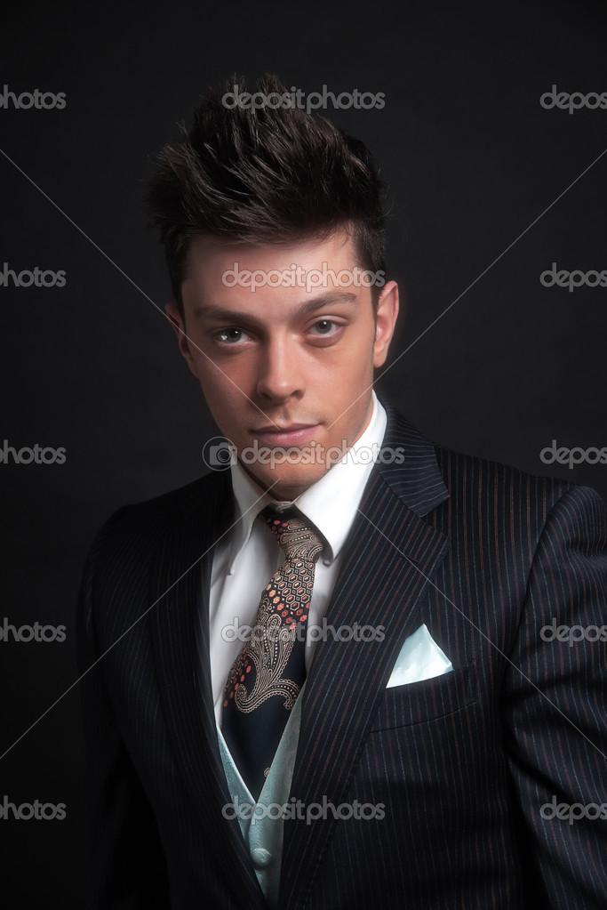 a0295d61a4e8 Uomo casual elegante business giovane indossa giacca a righe blu scuro con  cravatta e gilet. Studio shot contro nero — Foto di ...