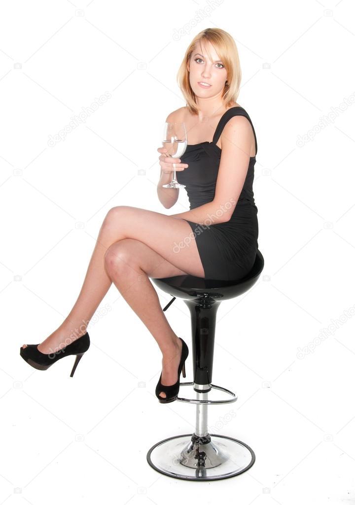 Женщина сидит в черном платье