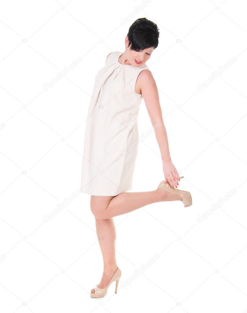 834ca0e7574 Belle femme brune en robe de crème posant– images de stock libres de droits