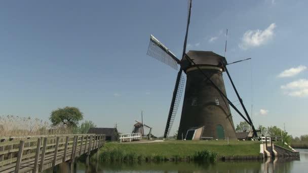 holandské větrné mlýny