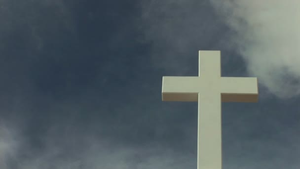 Szent Kereszt egy gyorsan mozgó felhők ég ellen.