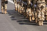 Soldaten, die zu Fuß in Richtung Kamera