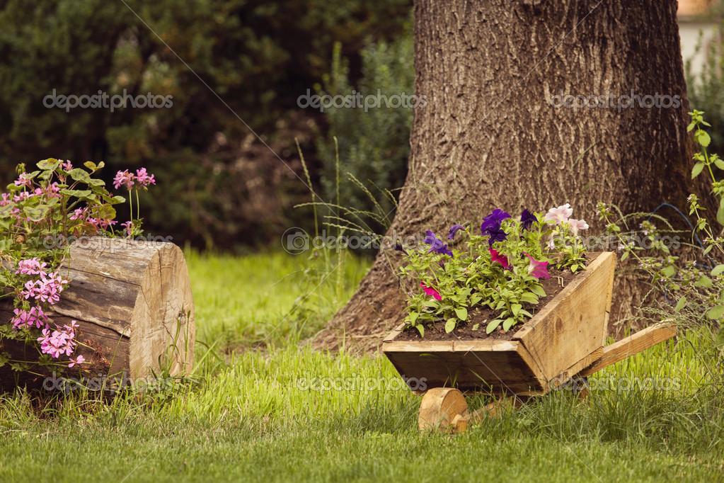 Jard n id lico con carro de madera antiguo fotos de for Carritos de madera para jardin