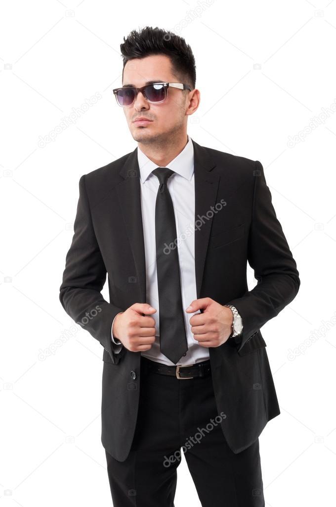 45538fe17f7c27 Mode-Business-Mann trägt Sonnenbrille und klassischen schwarzen Anzug