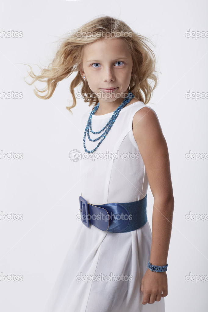 Vestidos blancos con accesorios azules