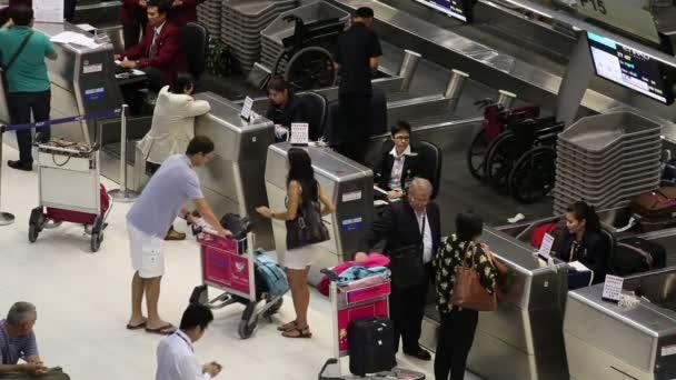 cestující přilétají na odbavovacích přepážkách na letišti suvarnabhumi, bangkok