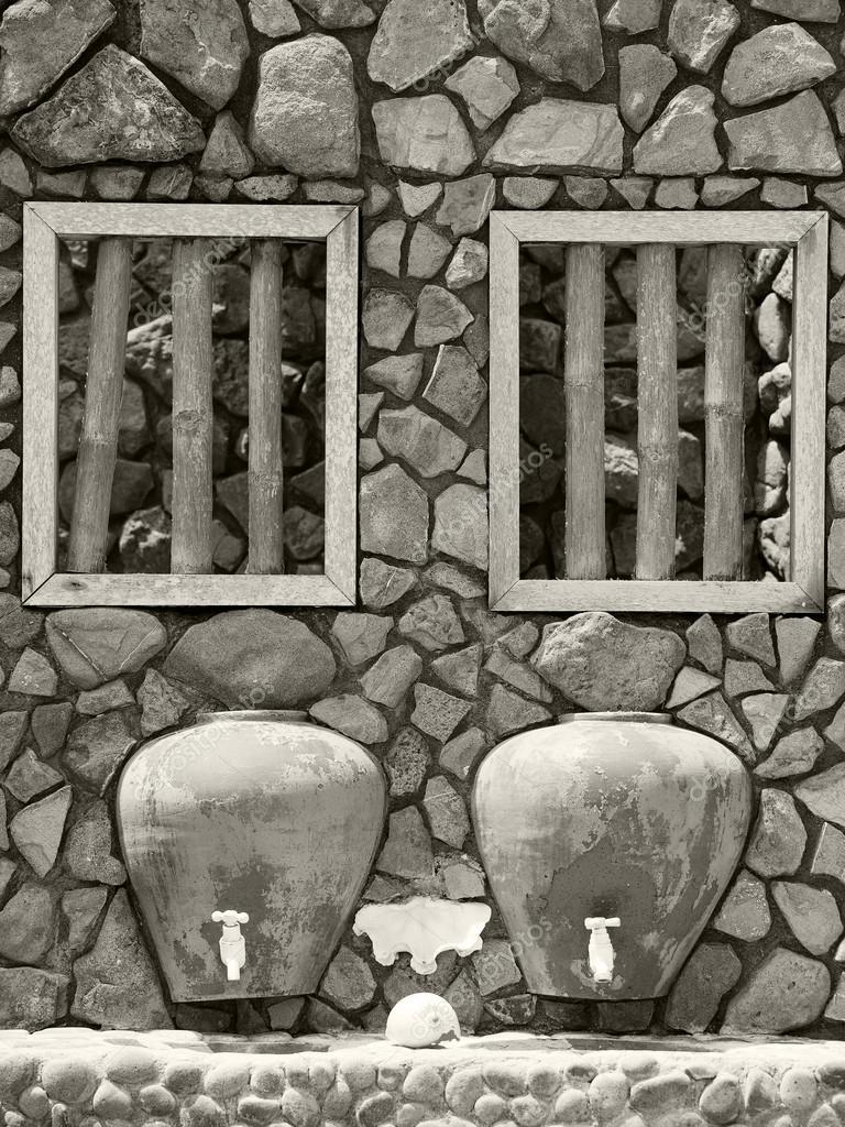 oude badkamer met dubbele wastafel buiten — Stockfoto ...