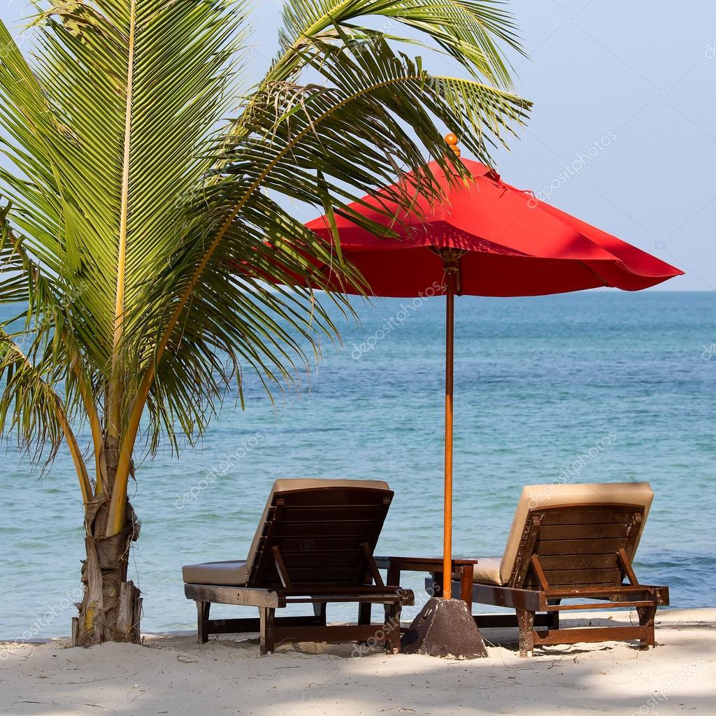 liegestuhl und sonnenschirm am strand in sonniger tag thailand stockfoto olegdoroshenko. Black Bedroom Furniture Sets. Home Design Ideas