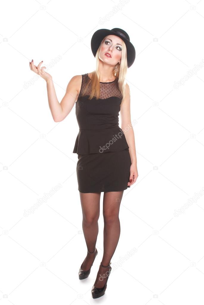 23259ab1d954 Κομψό ξανθιά μοντέλο σε κλασικό μαύρο φόρεμα με καπέλο για το λευκό φόντο — Εικόνα  από itaesper