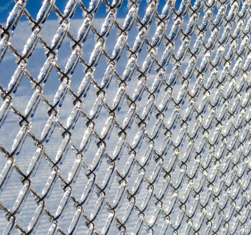 Eis beschichtet Maschendrahtzaun aus einem Eissturm — Stockfoto ...