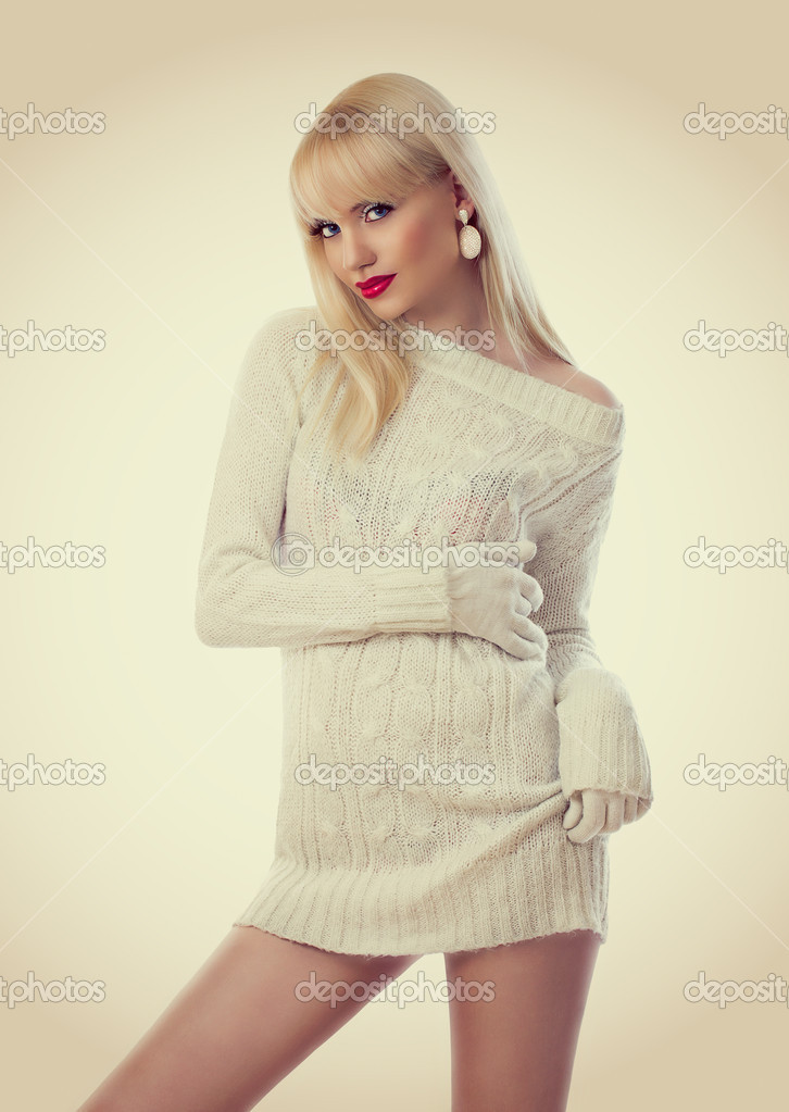 9f82a3c3e2 Gyönyörű szőke nő kötött maxiruha — Stock Fotó © dmitri_gromov #18615945