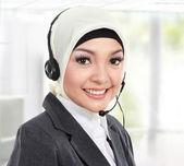 Krásná muslimská žena zákazníkům služby operátor