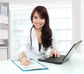 Usmíval se, lékař ženské práce v její kanceláři