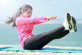 a nők edzés a tengerparton