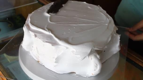 Baker, zdobení vanilkový dort