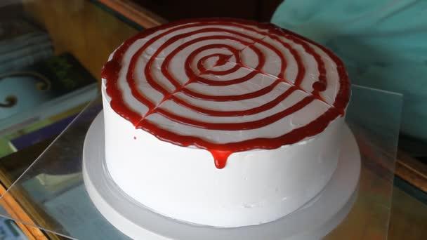 Baker, zdobení vanilkový dort s jahodovou omáčkou