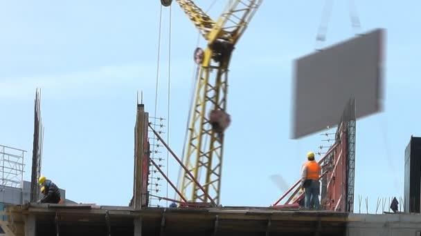 budova ve výstavbě: pracovníci se zdi. časová prodleva