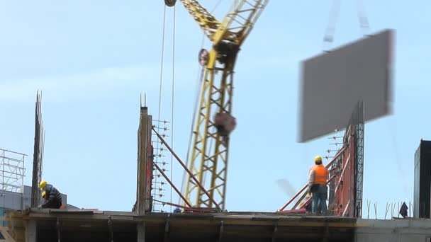 Building under construction : workers set up a wall. Time lapse