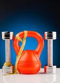 Fotografie fitness dumbbells and measure tape