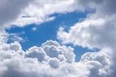 modrá obloha s mraky
