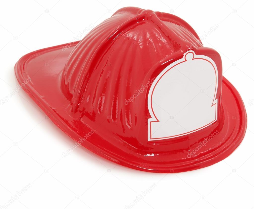 Casco de bombero de juguete de plástico rojo sobre blanco con la etiqueta  engomada blanca en blanco para texto en frente — Foto de duplass 2d909ce57bb5
