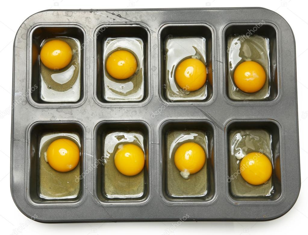 rohe Eier in Muffin Tim fertig zum Backen — Stockfoto © duplass ...