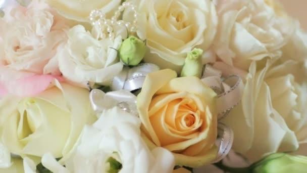 Svatební kytice s bílými a žlutými růžemi