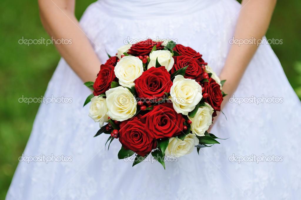 Rote Und Weisse Hochzeitsstrauss Rosen In Den Handen Der Braut