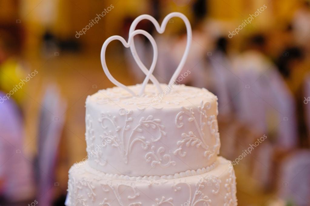 Mehrstufige Weisse Hochzeitstorte Mit Oben Zwei Herzen Stockfoto