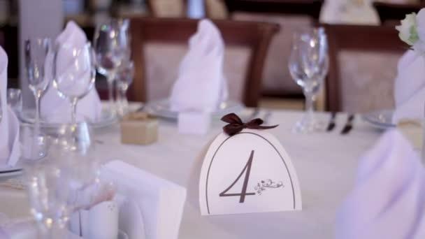 Tisch für ein Hochzeitsessen dekoriert