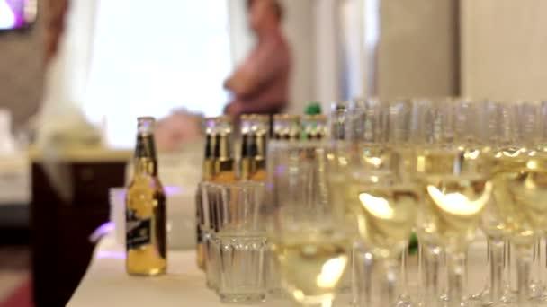 Sektgläser und Alkoholflaschen liegen auf dem Tisch