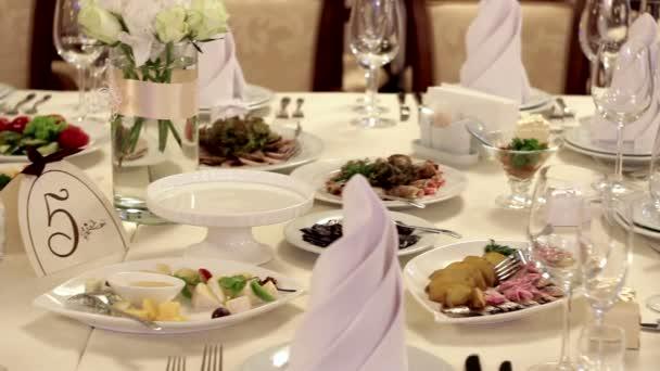 zdobený stůl pro svatební večeři