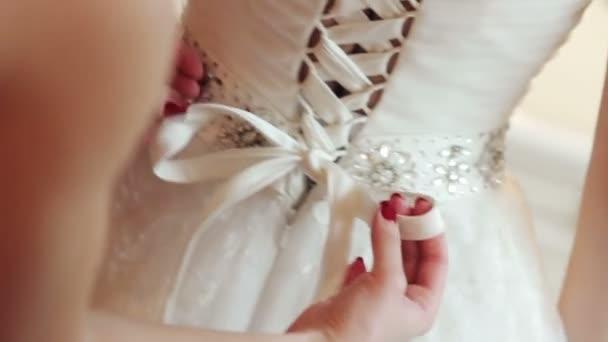 družička šaty nevěsta svatební šaty