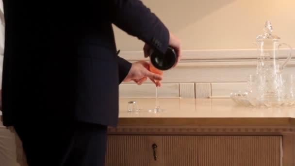 ženich nalil do sklenice šampaňské