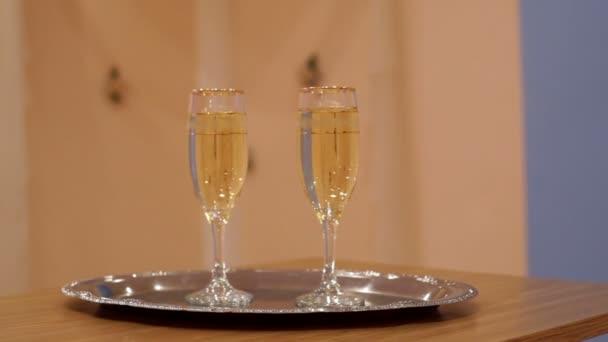 két pohár pezsgőt állt az asztalon
