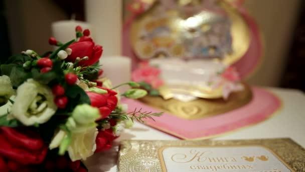 velké blahopřání a svatební květiny na stole